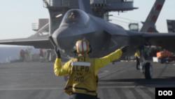"""美国海军在航母上测试F-35战机""""(2014年11月16日)"""