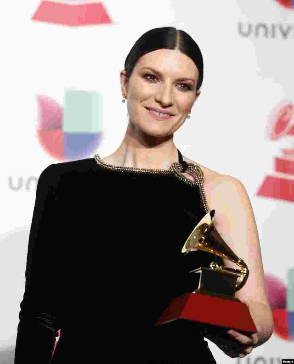 """La cantautora italiana, Laura Pausini posa con su premio porMejor Álbum Vocal Pop Tradicional por """"Hazte Sentir""""."""