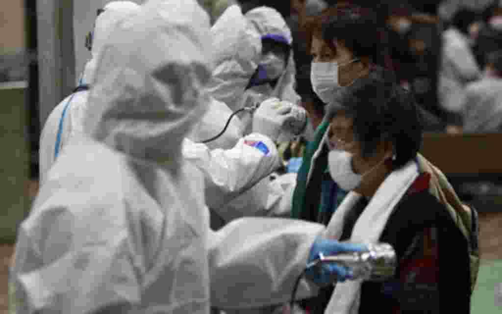 Los evacuados están siendo examinados para comprobar cuál es sel nivel de radiación al que han estado expuestos.