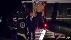 El presidente Donald Trump saluda a su regreso a la Casa Blanca de sus vacaciones en New Jersey, el domingo 20 de agosto.