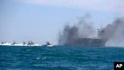 Tư liệu: Tàu của Vệ Binh Cách mạng Iran tấn công một phiên bản của tàu sân bay Mỹ trong các cuộc diễn tập quy mô gần cửa vào Vùng Vịnh Ba Tư, Iran. (AP Photo/Fars News Agency, Hamed Jafarnejad)