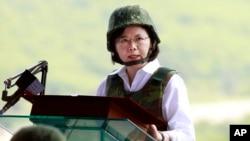 Tổng thống Đài Loan bà Thái Văn Anh trong bộ giáp chống đạn phát biểu trong cuộc tập trận hàng năm mang tên Han Kuang, ngày 25 tháng 08 năm 2016.
