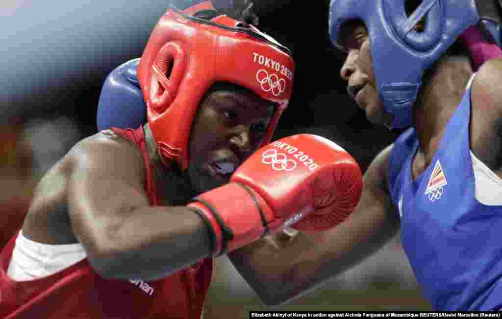 Elizabeth Akinyi of Kenya in action against Alcinda Panguana of Mozambique REUTERS/Ueslei Marcelino