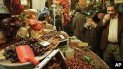 Seorang pria mencoba kurma di sebuah pasar. Berbuka dengan kurma sudah menjadi tradisi Muslim saat Ramadan, juga untuk Muslim di Amerika.