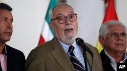 El líder de la alianza opositora venezolana MUD, Ramón Guillermo Aveledo (centro), dijo que no quiere contribuir a la discordia dentro de la MUD
