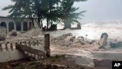 """Talasi izazvani uraganom """"Sendi"""" zapljuskuju kuću u Kingstonu na Jamajci"""