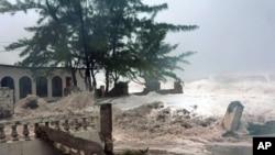 Badai Sandy saat melanda kota Kingston, Jamaica (24/10). Badai Sandy dengan hujan deras dan angin kencang menewaskan sedikitnya 28 orang di seluruh Karibia.