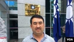 中国山西游客吴兵 2017 年5月20日在国民党总部等待选举结果(美国之音记者申华 拍摄)