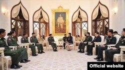 ျမန္မာတပ္မေတာ္ကာကြယ္ေရးဦးစီးခ်ဳပ္ႏွင့္ ထုိင္းဝန္ႀကီးခ်ဳပ္ ေတြ႔ဆံုစဥ္။ (Credit to Prime Minister Yingluck Shinawatra Official Facebook)
