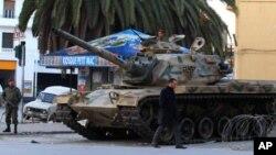 국가비상사태가 선포된 가운데 튀니지 수도 튀니스 시내에 군 병력과 탱크가 배치되어있다.