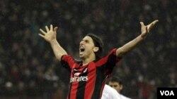 Striker AC Milan, Zlatan Ibrahimovic, merayakan gol saat klubnya mengalahkan Napoli (foto: dok).