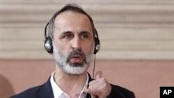 Pengunduran diri Ahmed Moaz al-Khatib Khatib terjadi sewaktu Menteri Luar Negeri Qatar Sheikh Hamad bin Jassem bin Jabber al-Thani menyambut hasil pemilu koalisi tersebut pekan lalu yang menghasilkan Ghassan Hitto sebagai perdana menteri bayangan dalam pemerintahan sementara di Suriah.