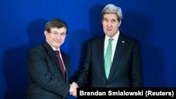 Ahmet Davutoğlu ve John Kerry, Münih'te gazetecilere poz verirken
