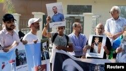 Des proches du leader du mouvement marocain de la contestation manifestent devant la cour d'appel de Casablanca, Maroc, 12 septembre 2017.