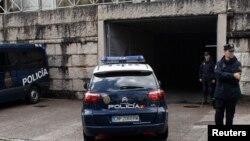 Chiếc xe cảnh sát đưa ông Francisco Garzon đến một tòa án ở Santiago de Compostela, 28/7/13