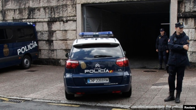 A police car arrives at the courthouse with Francisco Garzon inside in Santiago de Compostela, northwestern Spain, Jul. 28, 2013.