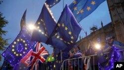 Demonstranti koji se zalažu za EU mašu zastavama pred zgradom parlamenta u Londonu, 9. septembra 2019.