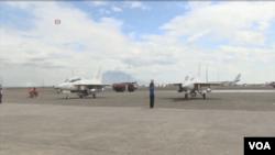 菲律賓在克拉克空軍基地接收南韓產的兩架新式噴氣戰機。(視頻截圖)