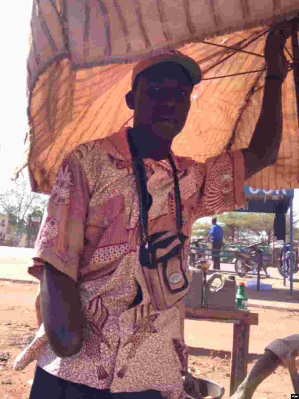 在马里首都巴马科街头看到的这位男士因为被控盗窃而被砍断了手臂。(Idrissa Fall/VOA)