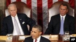 Le président Barack Obama s'adressant aux deux chambres du Congrès réunies. Derrière lui, à gauche, le vice-président Joseph Biden, et, à droite, le président de la Chambre des représentants, le député John Boehner.
