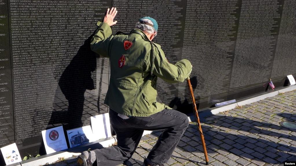 Cựu chiến binh Thủy quân lục chiến Jack Frey thuộc thị trấn Millersville, Pennsylvania tưởng tiệm các chiến sĩ hy sinh tại National Vietnam Veterans ngày 11/11/2014.