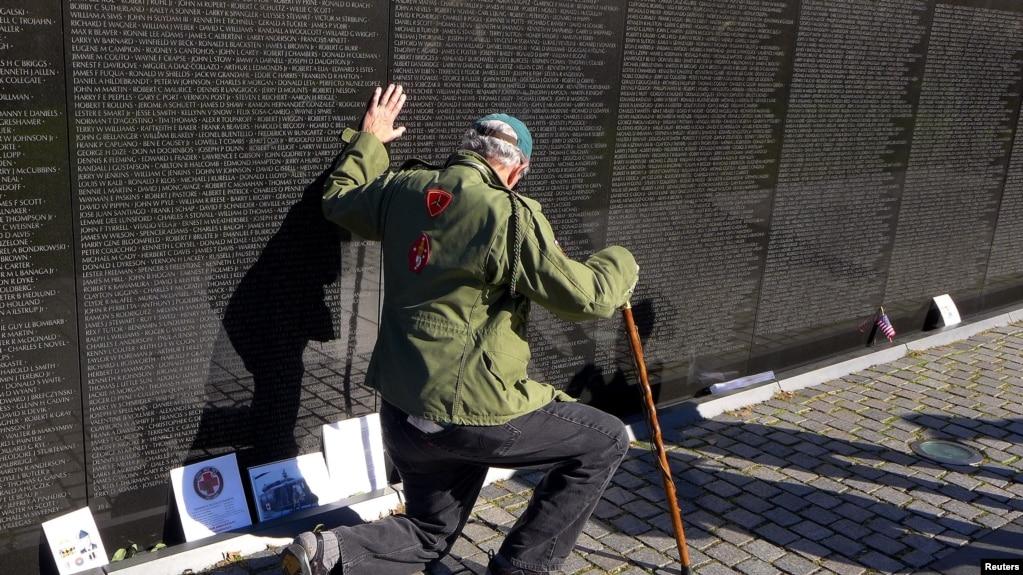 Cựu chiến binh Hoa Kỳ Jack Frey, bang Pennsylvania viếng Bức tường Chiến tranh Việt Nam ở thủ đô Washington.
