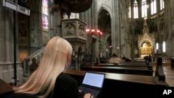 Mahasiswa mengikuti kuliah melalui video stream di gereja neo-gothic 'Votivkirche' di Wina, Austria, Kamis, 15 Oktober 2020. (Foto: AP)