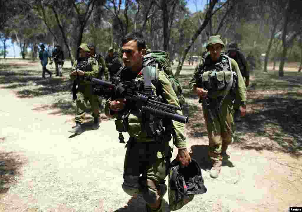 سربازان اسرائیلی در مسیر نقطه استقرار در نزدیکی نوار غزه- ۱۸ ژوئیه