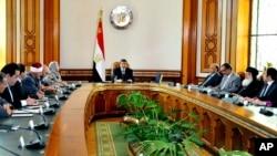 Presiden Mesir Mohammed Morsi (tengah) melakukan pembicaraan dengan para politisi tentang cara-cara menyabot proyek bendungan sungai Nil di Ethiopia (4/6).