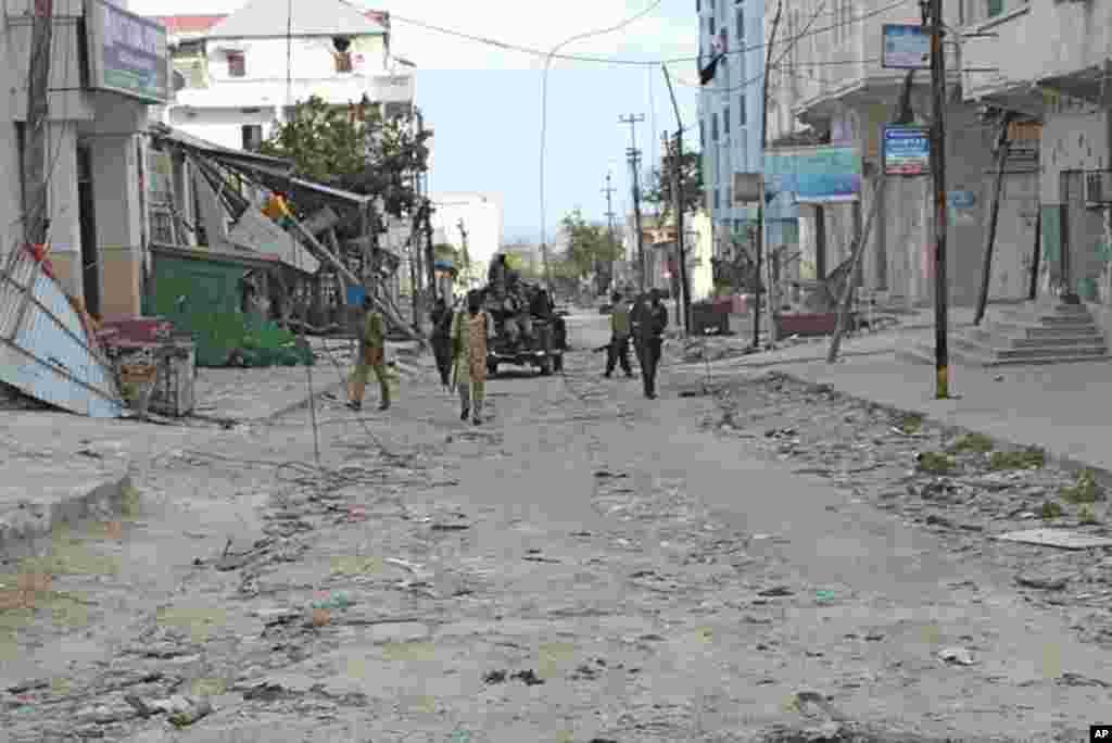 Soldiers patrol the Bakara market's deserted, rubble-strewn streets (VOA - P. Heinlein)