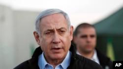 Perdana Menteri Benjamin Netanyahu saat mengunjungi pangkalan militer Israel di Datarang Tinggi Golan, di perbatasan Israel-Suriah, 24 November 2019.