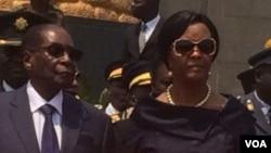 UMongameli Robert Mugabe lomkakhe, uNkosikazi Grace Mugabe.