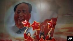 2011年北京一家红色餐厅里表演的红色歌舞,背景是毛泽东像