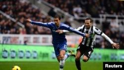 Eden Hazard (kiri) dari tim Chelsea menantang Yohan Cabaye dari Newcastle United dalam pertandingan Liga Premier di St James' Park di Newcastle, Inggris (2/11). (Reuters/Nigel Roddis)