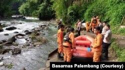 Tim SAR gabungan melakukan penyisiran dan pencarian korban bus Sriwijaya di sungai Lematang, Sumatera Selatan, Kamis 26 Desember 2019. (Foto: Basarnas Palembang)