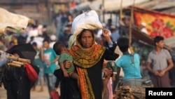 ဘဂၤလားေဒ့ရွ္ႏိုင္ငံ Cox's Bazar ခ႐ိုင္ Kutupalong ဒုကၡသည္စခန္း ေစ်းကေန ႐ိုဟင္ဂ်ာ ဒုကၡသည္ အမ်ိဳးသမီး ျပန္လာစဥ္ (ႏို၀င္ဘာ၊ ၂၁၊ ၂၀၁၇)