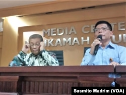 Juru bicara Mahkamah Agung (MA) Andi Samsan Nganro (kiri) dan Kepala Biro Hukum dan Hubungan Masyarakat Mahkamah Agung, Abdullah, saat menggelar konferensi pers di kantornya, Jakarta, Senin, 8 Juli 2019. (Foto: Sasmito Madrim/VOA)