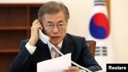 韩国总统文在寅在首尔总统府青瓦台跟中国国家主席习近平通电话(2017年5月11日)