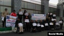 تجمع جمعی از معلولان در اعتراض به ناکافی بودن بودجه حمایت از معلولان در سال ۹۸
