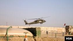 Sebuah helikopter 'Black Hawk' militer AS saat beroperasi di Baghdad.