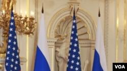 Presiden Barack Obama dan Presiden Rusia Dmitry Medvedev sewaktu menandatangani perjanjian START pada bulan April.