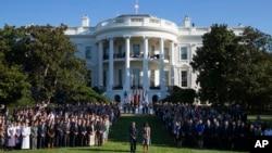 奥巴马总统夫妇和白宫人员在白宫草坪为9-11死难者默哀(2015年9月11日)