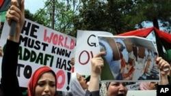 2月23日抗议人群在利比亚驻科伦坡大使馆外高呼反对卡扎菲口号