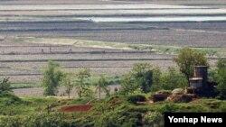 15일 한국 경기도 파주시 오두산 통일전망대에서 바라본 북한 황해북도 개풍군. 북한 주민들이 밭일을 하고 있다.