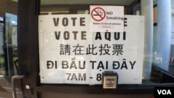 在波士頓的一個投票站掛有方便亞裔選民投票的標語牌(資料圖片)