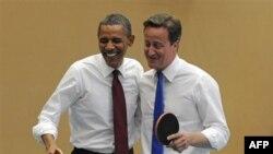 Tổng thống Hoa Kỳ Barack Obama (trái) và Thủ tướng Anh David Cameron chơi banh bàn tại trường Globe Academy ở London
