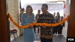 Konselor Penerangan dan Kebudayaan Kedutaan Besar Amerika Serikat di Indonesia Mary Ellen Countrymen (kiri) dan pendiri Stikes Bina Usada, Ketut Putra Suartana di Bali. (VOA/Muliarta)
