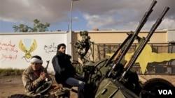 Baterías antiaéreas es parte de la defensa de la ciudad de Bengasi, la segunda del país en poder de la oposición.
