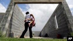 Ilegalna imigrantkinja igra se sa kćerkom rođenom u SAD kojoj država Teksas nije željela da izda krštenicu 2015. godine.