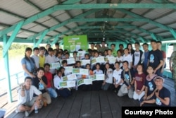 Young Eco Ambassador conducted a training session with 20 school children as part of their field study trip to Pursat and Kompong Chhnang province in July 2018. (Courtesy photo of Young Eco Ambassador)